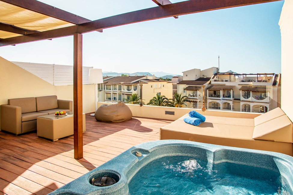 2-romsleilighet mot bassengområdet, med takterrasse med boblebad