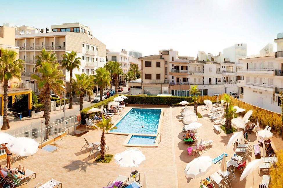 Hotellets gjester har tilgang til dette bassenget, ca. 100 meter bortenfor.