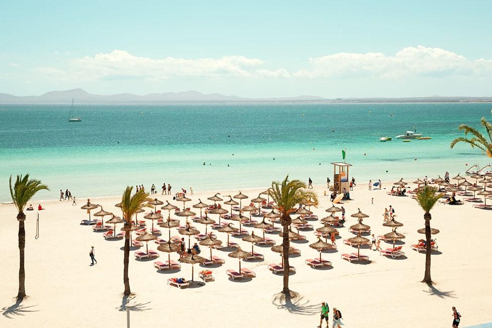 Stranden nedenfor hotellet er bred, milelang og dekket med kritthvit sand