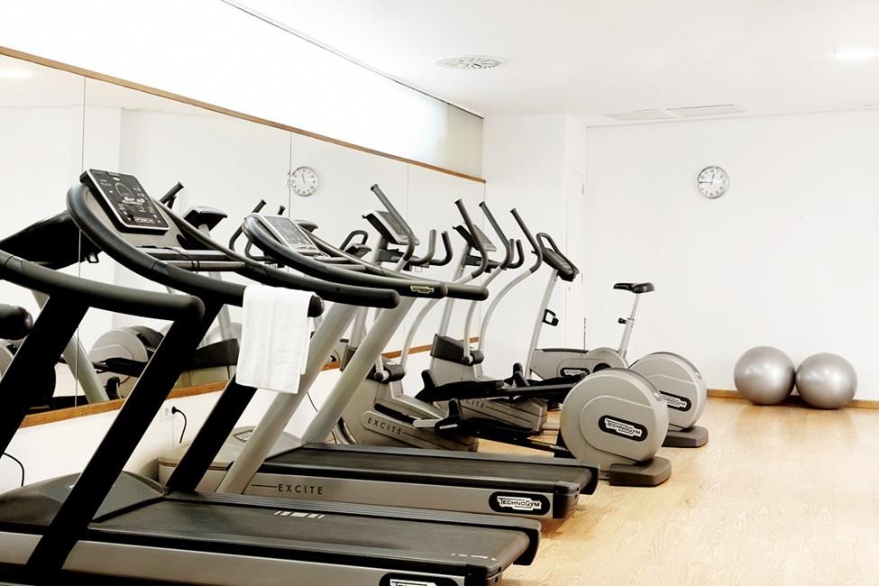 Vårt treningsrom har både apparater og vekter
