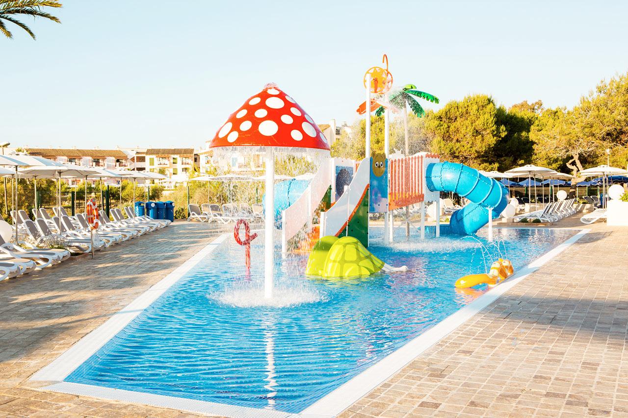 Barnebassenget ved Bouganvilla er som skapt for plasking og lek