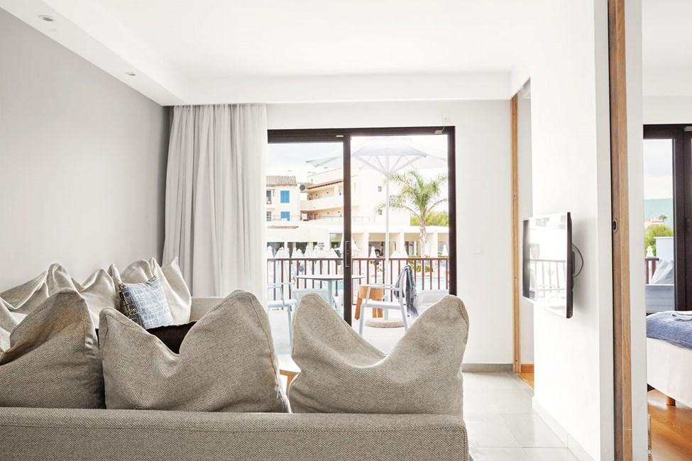 2-romsleilighet Royal Lounge Suite, inngjerdet terrasse mot bassengområdet, Mimosa