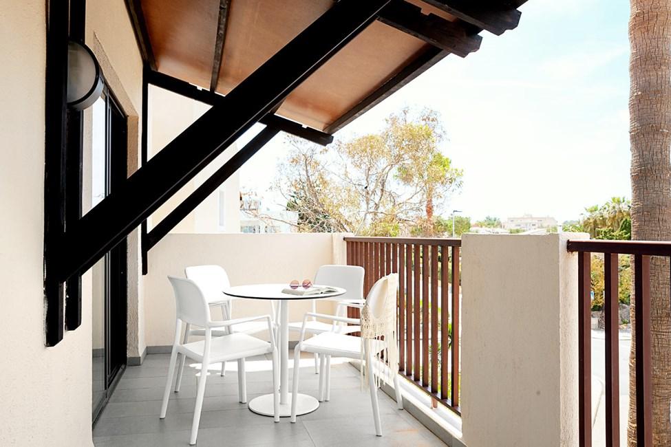2-romsleilighet FAMILY med stor balkong mot omgivelsene og gaten, noen ligger på bakkeplan