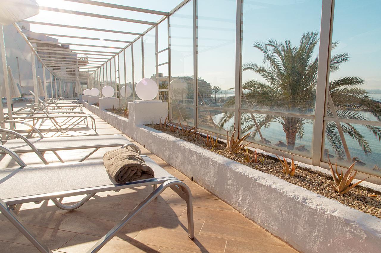 Slapp av i en behagelig solseng med utsikt over Middelhavet.