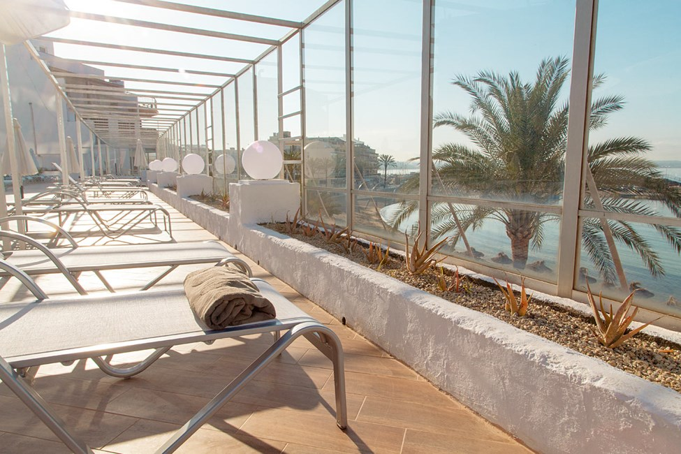 Slapp av i en behagelig solseng med utsikt over Middelhavet