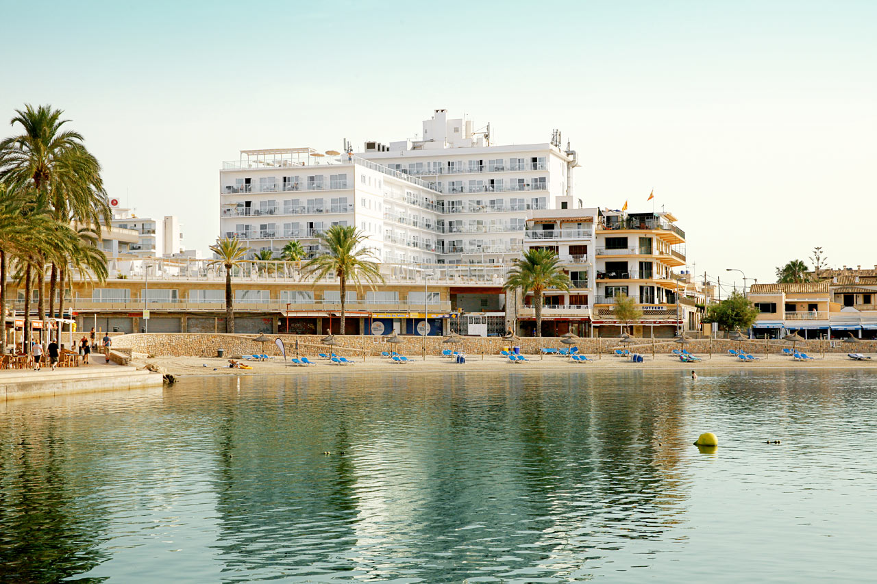 Fra Sunprime Waterfront har du flott utsikt over havnen og stranden.