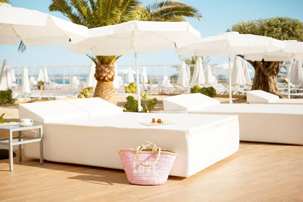 I hotellets behagelige solsenger kan du nyte late feriedager