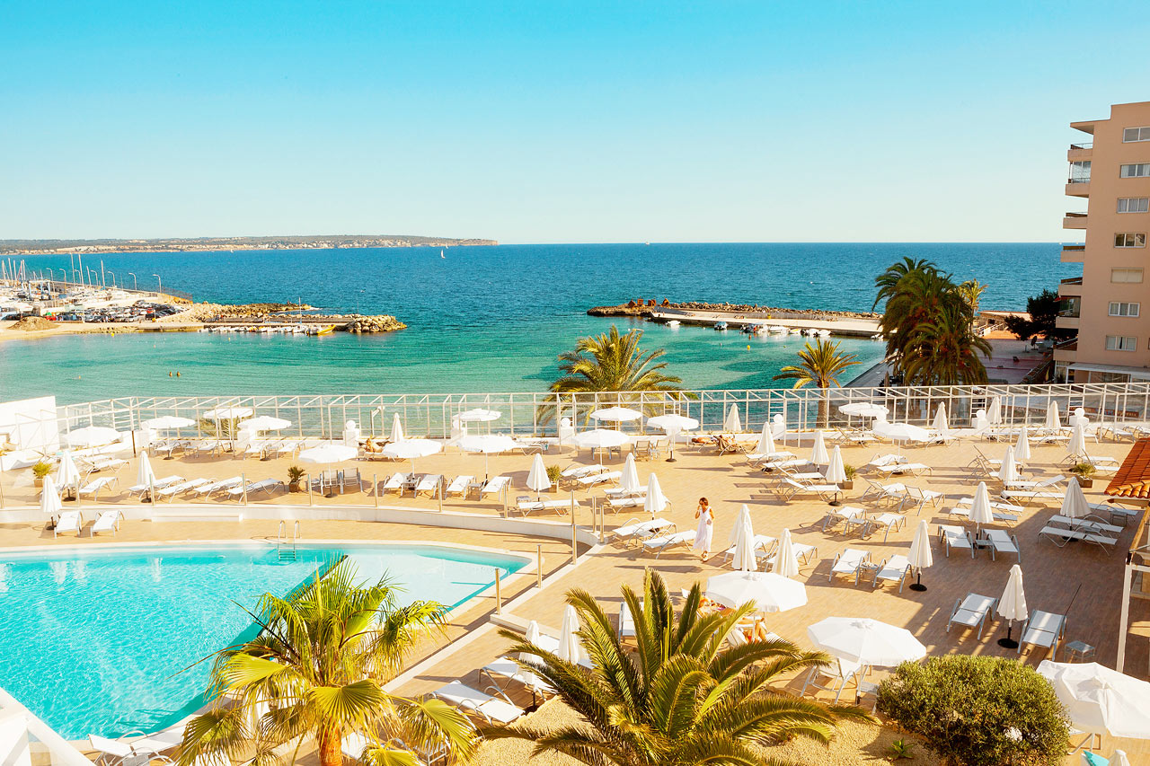 Fra hotellets herlige bassengområde har du fin utsikt over Middelhavet.