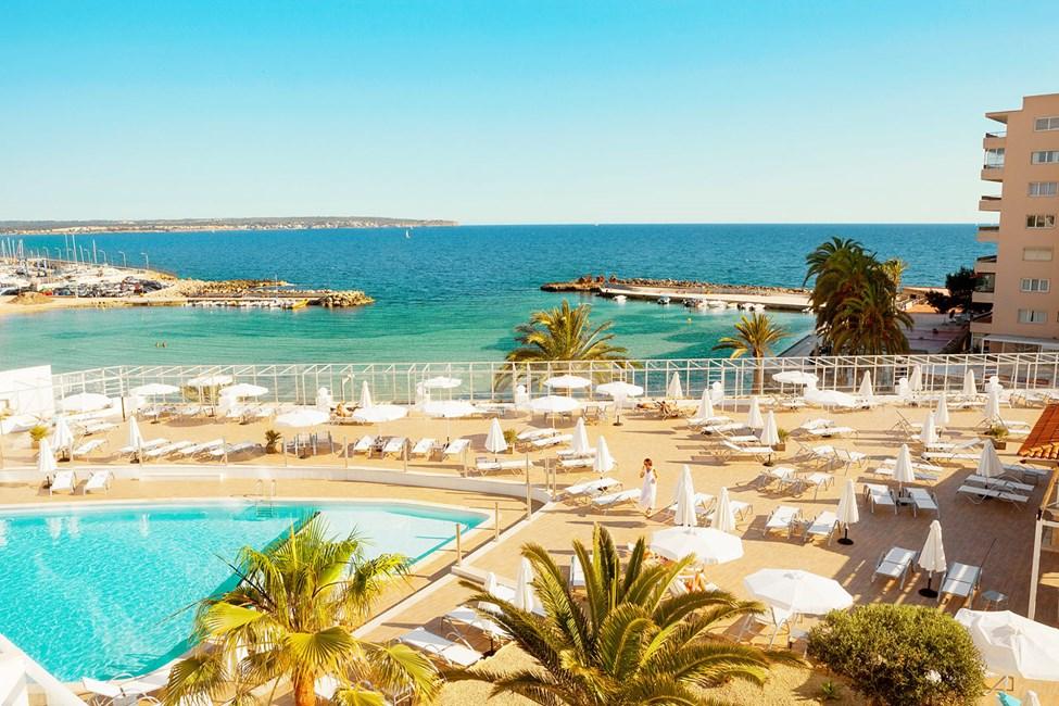 Fra hotellets herlige bassengområde har du fin utsikt over Middelhavet