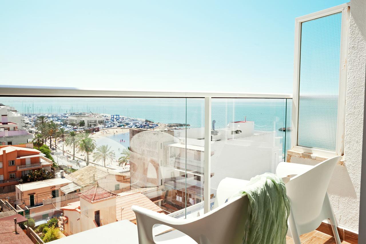 Junior Suite med liten balkong og begrenset havutsikt
