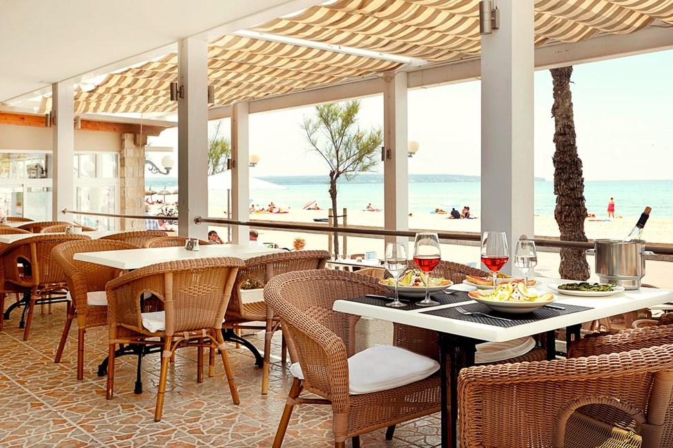Restauranten ligger rett ved Playa del Palmas populære strandpromenade.