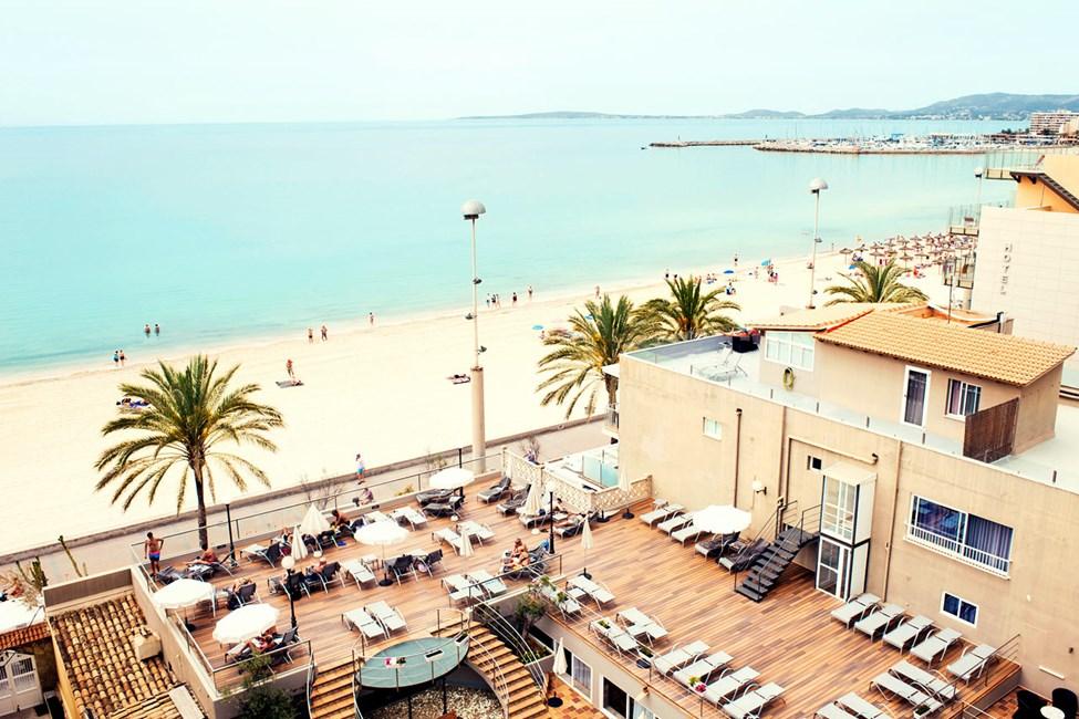 Fra hotellets solterrasse har du herlig utsikt over Palmabukten.