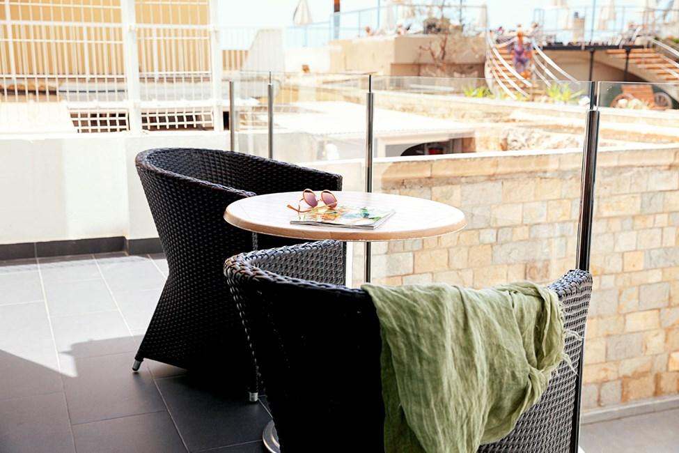 2-roms junior suite, balkong mot bassengområdet