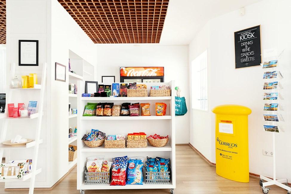 I hotellets kiosk kan du kjøpe snacks, drikke, solkrem og andre nødvendigheter