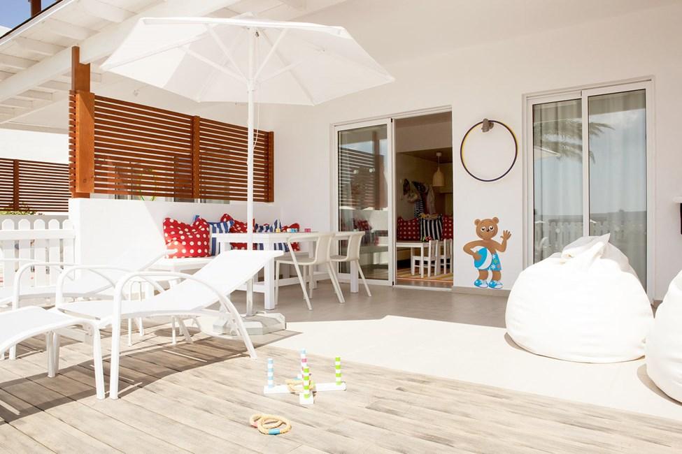 Lollo & Bernie Suite med inngjerdet terrasse mot bassengområdet, Helios