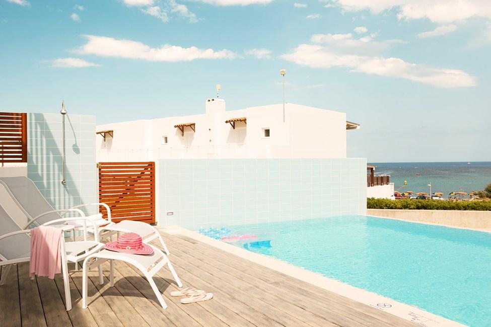 3-roms leilighet Royal Pool Suite med stor terrasse og delt, privat basseng. Bygning Helios. Bassenget deles med 4-6 andre suiter.