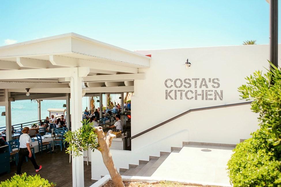 Costas Kitchens serverer både lokale retter og Sunwing-favoritter som pizza og hamburgere