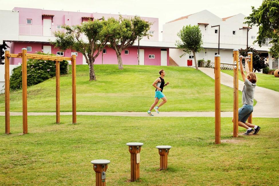 Du trenger ikke å gå inn for å trene. Sunwing Kallithea Beach har også treningsfasiliteter utendørs