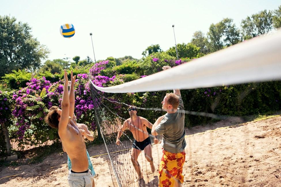 Hold deg i aktivitet med volleyball under oppholdet på Sunwing Kallithea Beach