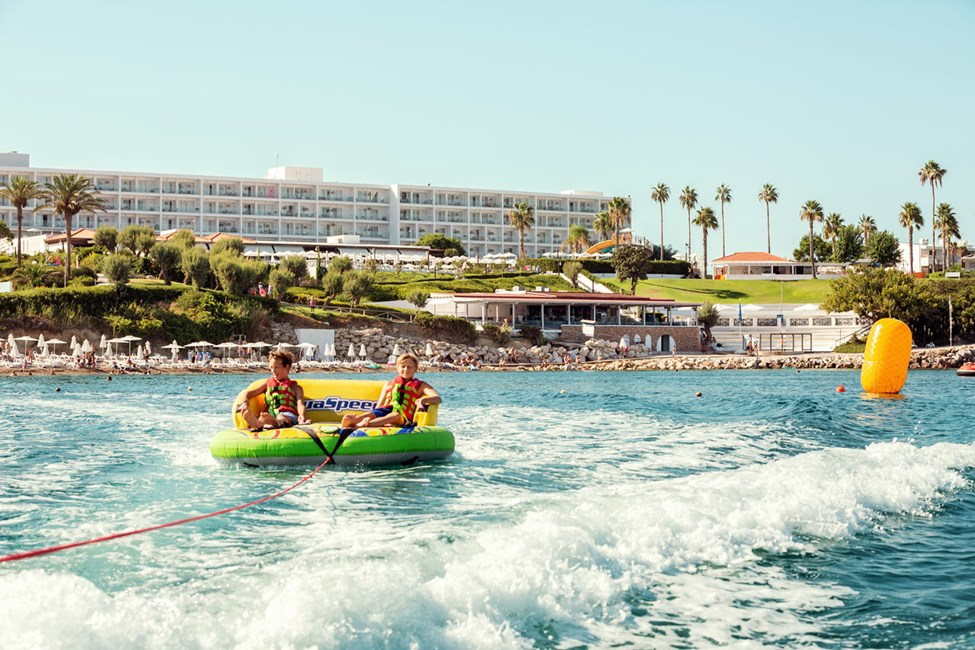 På stranden ved Sunwing Kallithea Beach kan du prøve ulike vannsportaktiviteter