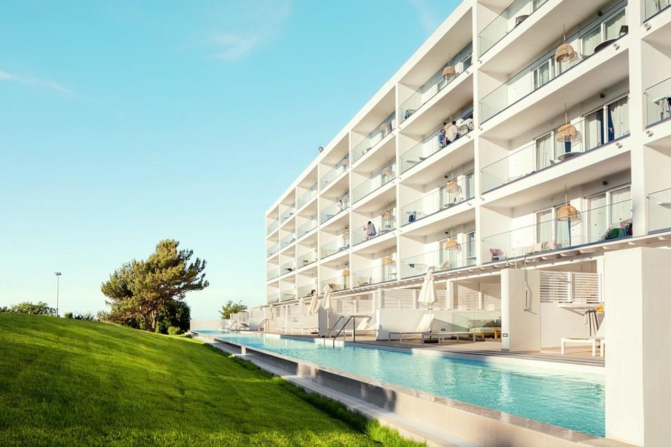 2-romsleilighet Royal Pool Suite, stor terrasse mot omgivelsene, og 3-romsleilighet Family, balkong mot omgivelsene, Athena