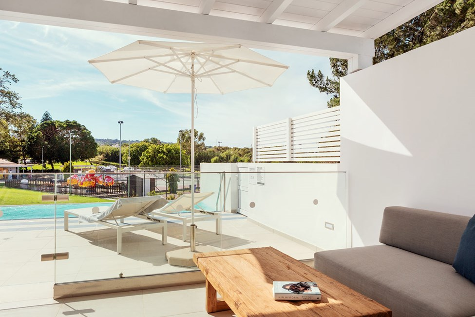 2-romsleilighet Royal Pool Suite, stor terrasse mot omgivelsene, Athena