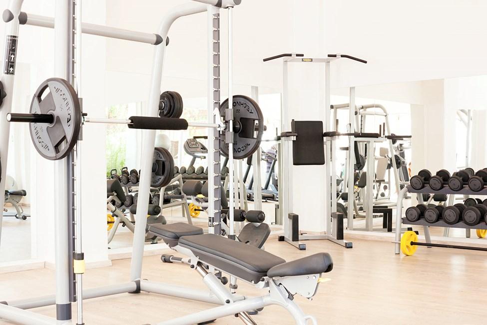 I hotellets treningsrom er det både treningsapparater og frie vekter