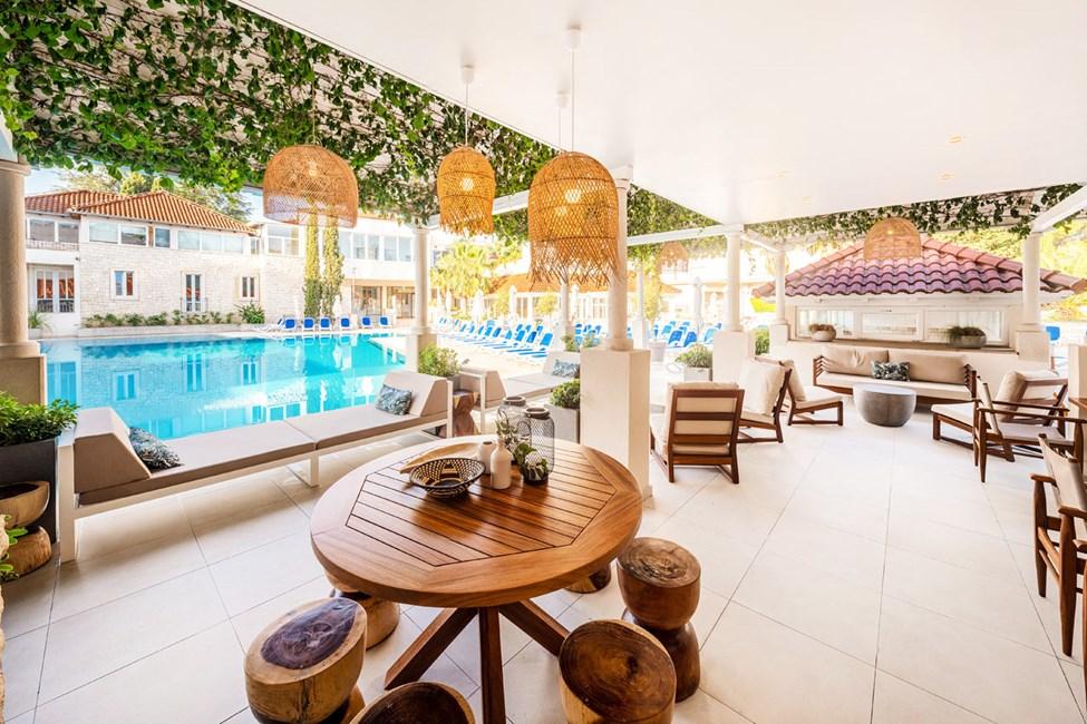 Lounge ved bassenget i Kaktus-bygningen
