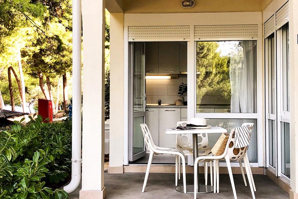 2-romsleilighet med stor terrasse mot bassengområdet i Garden-bygningen
