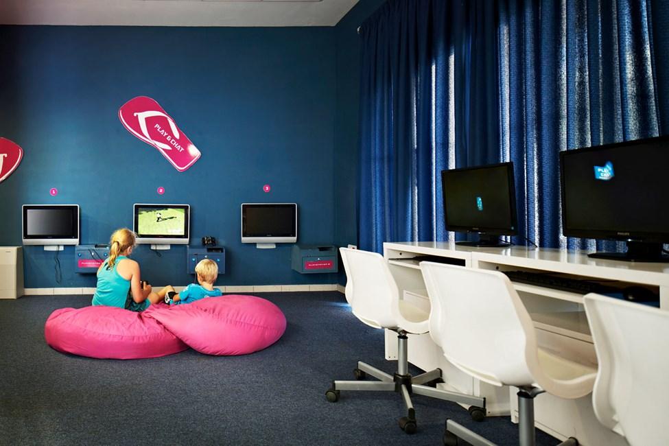 I Play & Chat kan de større barna koble av med tv-spill eller surfe på internett