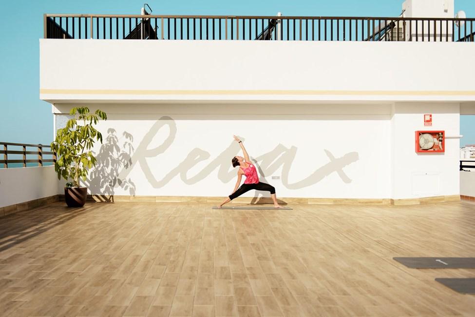 Yoga-instruktørene hjelper deg med å trene smidighet og balanse