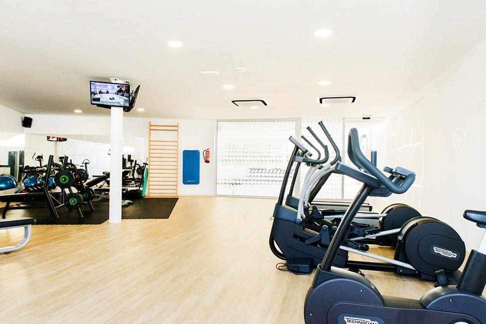 Vårt treningsstudio tilbyr moderne maskiner og god plass til egentrening