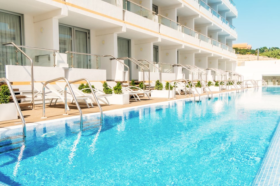 Prime Pool Suite med direkte utgang til delt privat basseng. Trappetrinn ned til bassenget.