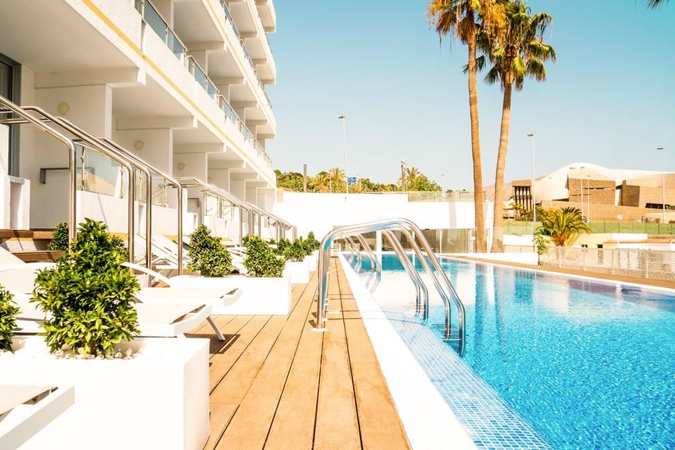 Prime Pool Suite med direkte utgang til delt privat basseng