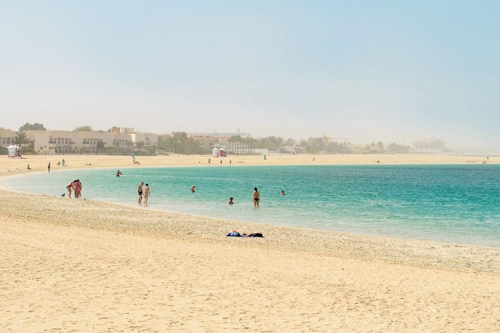 Den offentlig stranden i Jumeirah Beach