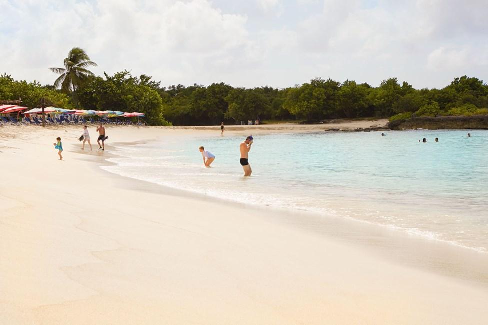 Populære Mullet Beach ligger på den andre siden av Maho Beach