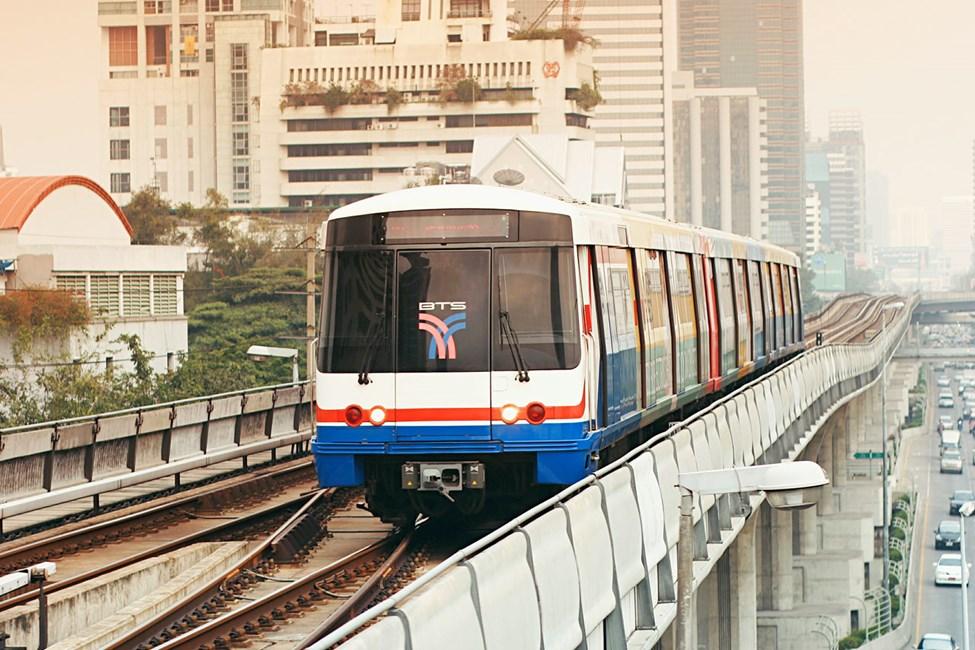 Skytrain går 15 meter over Bangkoks gater og er et enkelt transportmiddel