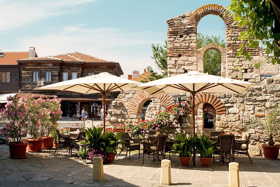 I gamlebyen i Nessebar er det flere koselige uteserveringer