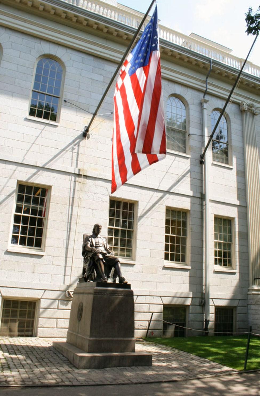 Statue av John Harvard på Harvard University