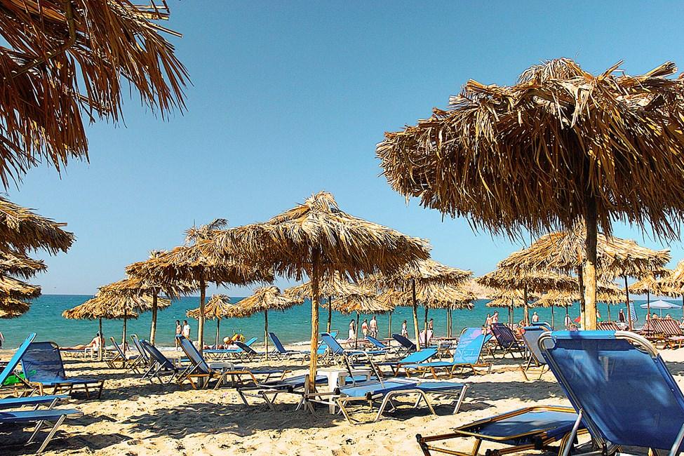 Det er enkelt å komme seg til strendene langs Chaniakysten med lokalbuss. Her er stranden i Agia Marina.