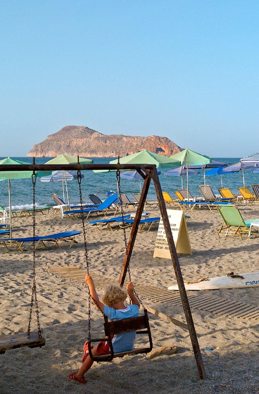 Det er enkelt å komme seg til strendene langs Chaniakysten med lokalbuss. Her er stranden i Platanias.