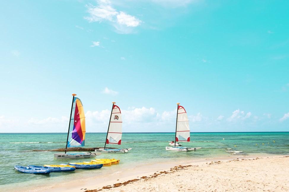 Her kan du seile, windsurfe, snorkle og dykke