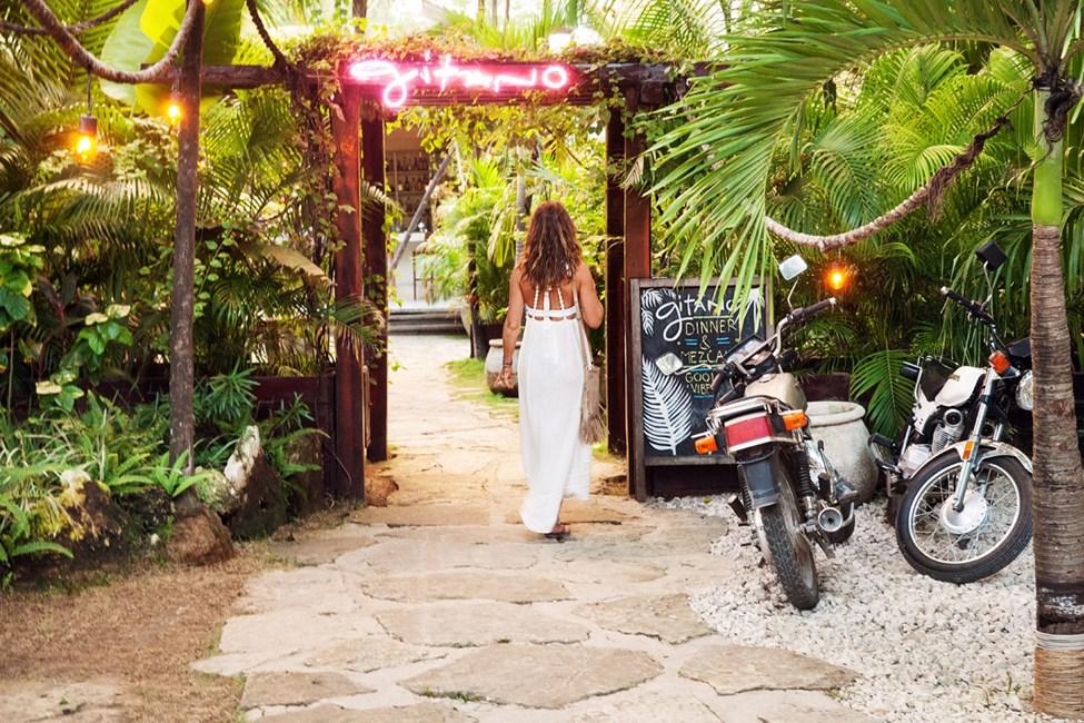 Restauranten Gitano ligger på hovedveien, ca. 700 meter fra Cabaña los Lirios