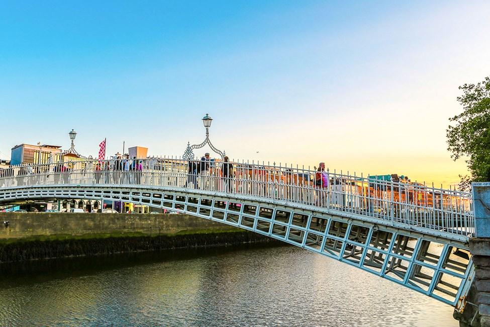 Ha'penny Bridge i sentrum av Dublin