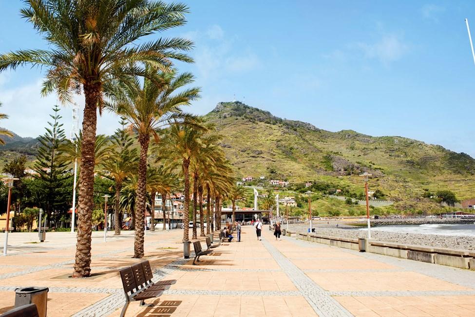 På Maderias østkyst ligger det lille tettstedet Machico, her finner du en av øyas kunstige strender.