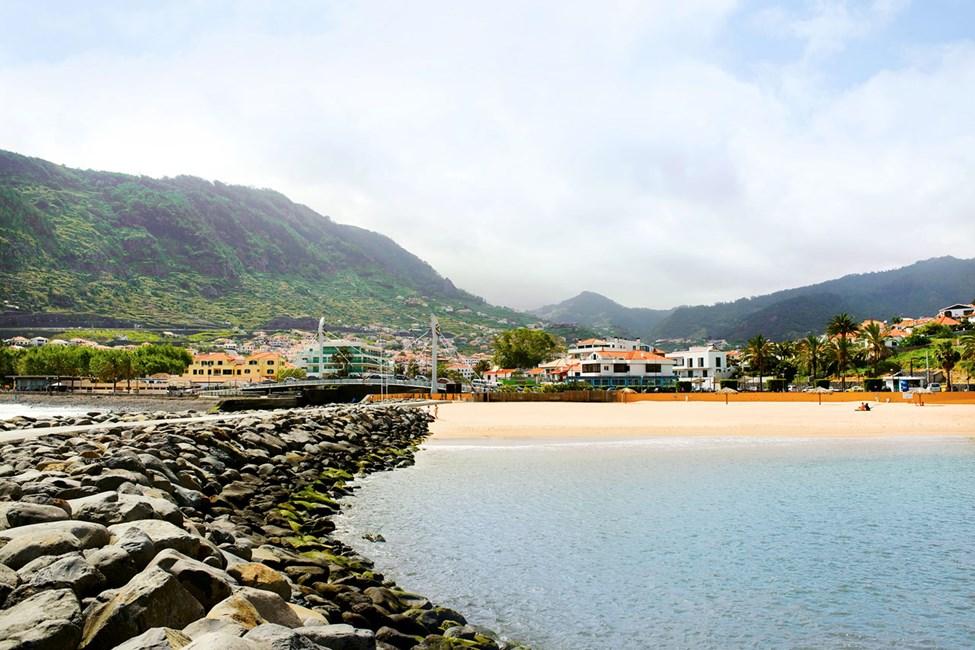 På Maderias østkyst ligger det lille tettstedet Machico, her finner du en av øyas kunstige streder.