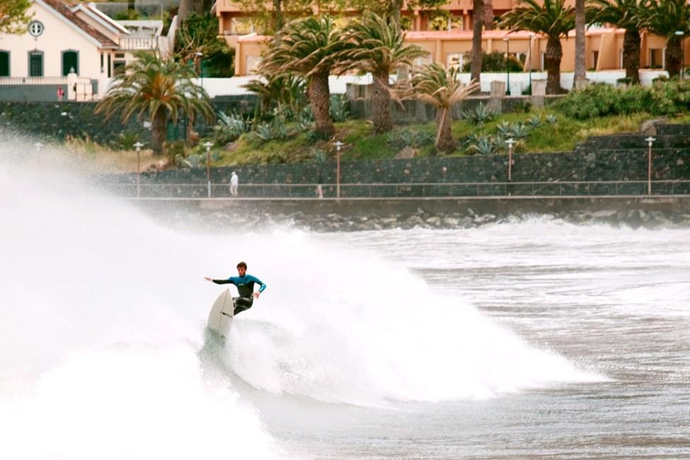 Surfere i Machico på Madeiras østkyst.