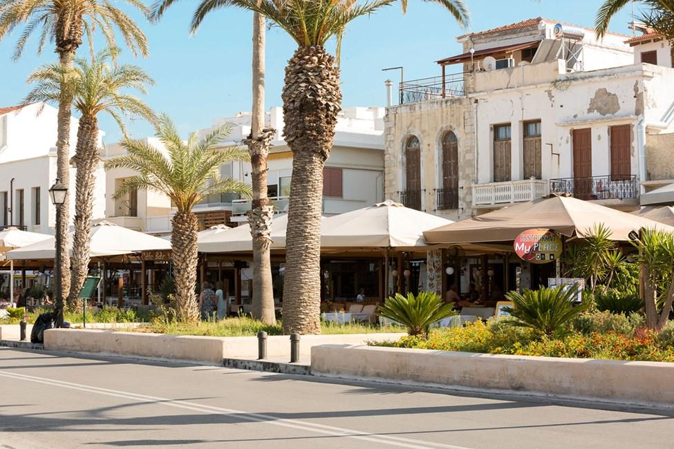 I forlengelsen av strandpromenaden i Rethymnon finner du mange hyggelige restauranter og barer
