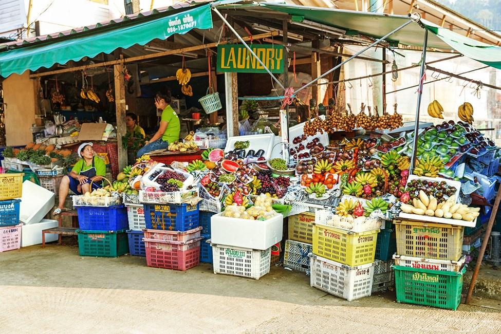 Kjøp gjerne med deg fersk frukt fra en av matbodene i Khao Lak
