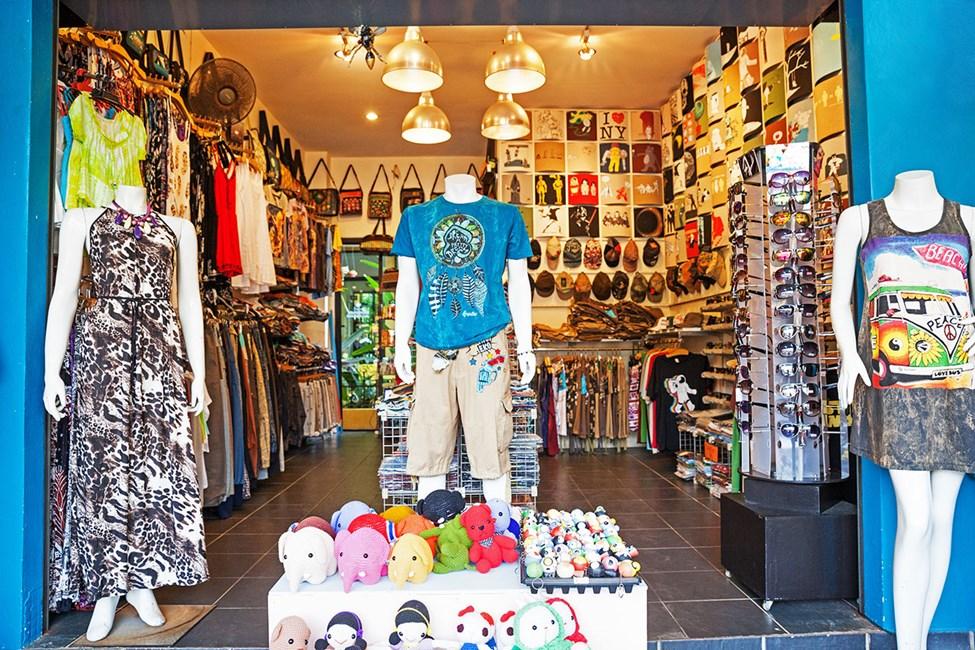 I Khao Lak er det noen butikker som selger klær og suvenirer